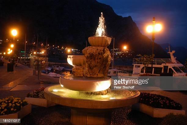 Limone sul Garda Gardasee Reise Italien/Europa Promenade Abend Abendsstimmung nachts Nacht Beleuchtung Springbrunnen