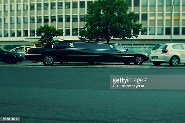 limousine in motion - limousine stock pictures, royalty-free photos & images