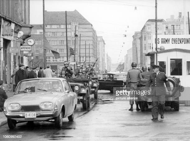 A limousine with US officers passes at Checkpoint Charlie from East to West Berlin Germany 25 October 1961 After GDR police officers had denied...