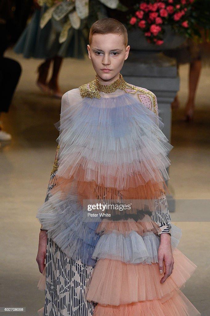 Viktor & Rolf : Runway - Paris Fashion Week - Haute Couture Spring Summer 2017 : News Photo