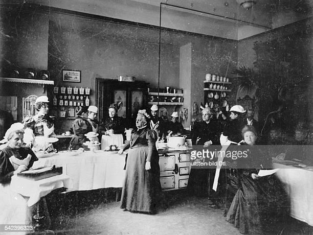 Lina Morgenstern Sozialarbeiterin und Frauenrechtlerinin einer der von ihr begründetenVolksküchenum 1900