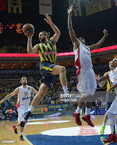 Linas Kleiza #11 of Fenerbahce Ulker Istanbul competes with Cedric Simmons #12 of Olympiacos Piraeus in action during the 20132014 Turkish Airlines...