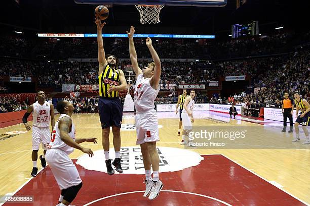 Linas Kleiza #11 of Fenerbahce Ulker Istanbul in action during the 20132014 Turkish Airlines Euroleague Top 16 Date 5 game between EA7 Emporio Armani...