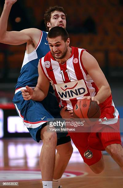 Linas Kleiza #11 of Olympiacos Piraeus competes with Luksa Andric #12 of KK Cibona Zagreb during the Euroleague Basketball 20092010 Last 16 Game 3...