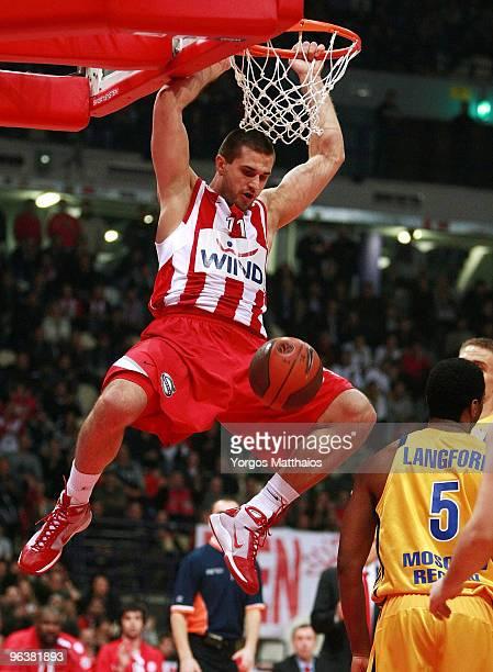 Linas Kleiza #11 of Olympiacos Piraeus in action during the Euroleague Basketball 20092010 Last 16 Game 2 between Olympiacos Piraeus vs BC Khimki...