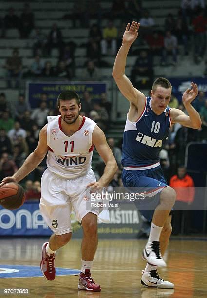 Linas Kleiza of Olympiacos Piraeus competes with Leon Radosevic of Cibona Zagreb during the Euroleague Basketball 20092010 Last 16 Game 4 between KK...