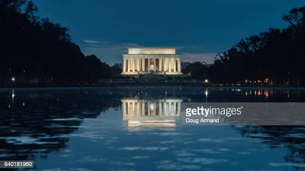 lincoln memorial and reflecting pool, washington dc, usa at night - reflecting pool stock pictures, royalty-free photos & images