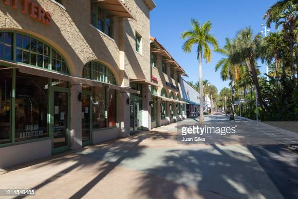 lincoln road during quarantine due to the coronavirus outbreak - lincoln road stock pictures, royalty-free photos & images