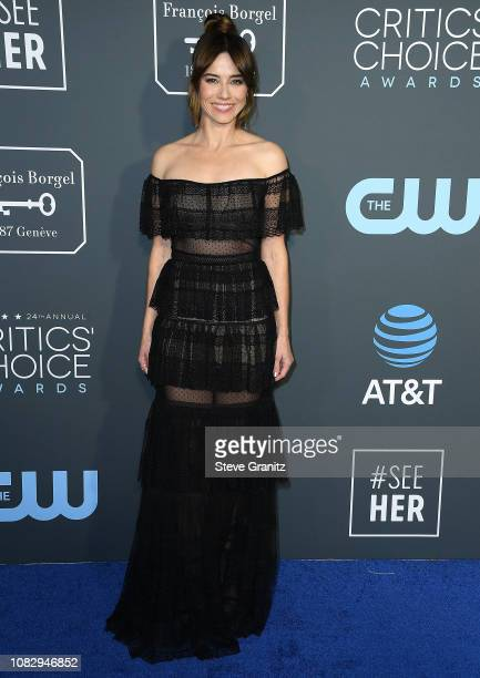 Linda Cardellini arrives at the The 24th Annual Critics' Choice Awards attends The 24th Annual Critics' Choice Awards at Barker Hangar on January 13...