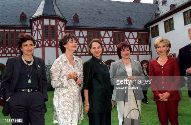 Linda DÂAlema , Cherie Blair , Aline Chretien , Tamara Wladimirowna Stepaschina und Doris Schröder-Köpf besichtigen am 18.6.1999 den Kreuzgang des...