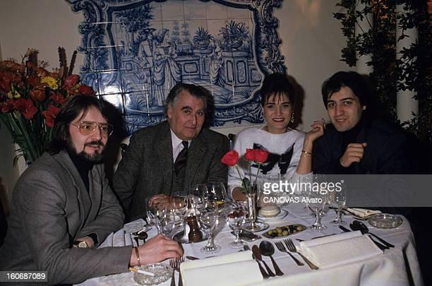 Linda De Suza In Paris Mars 1989 Linda DE SUZA son compagnon Raymond ROBINET son fils Jeannot DE SUZA et l'ambassadeur du PORTUGAL Luis Gaspar DA...