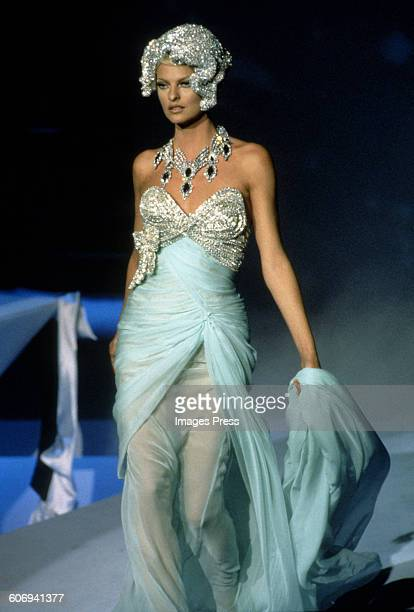 Linda Evangelista at the Thierry Mugler Fall 1995 show circa 1995 in Paris France