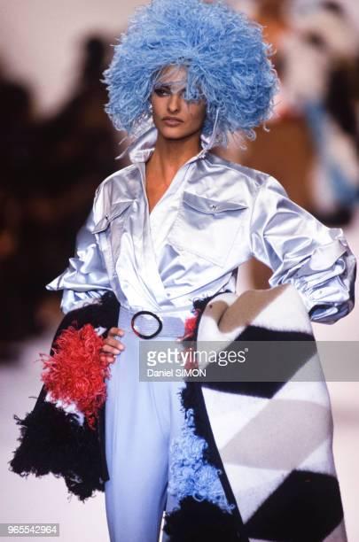 Linda Evangelista au défilé Christian Dior, Prêt-à-Porter, collection Automne/Hiver 1991/92 à Paris le 18 mars 1991, France.