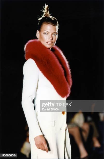 Linda Evangelista au défilé HauteCouture automnehiver 19961997 de Versace en juillet 1996 à Paris France