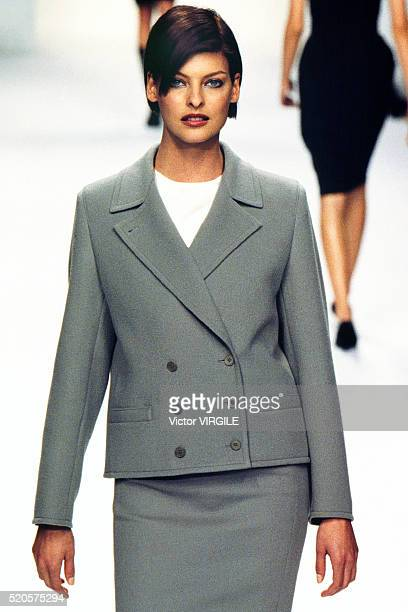 Linda Evangelista walks the runway at the Calvin Klein Ready to Wear Fall/Winter 19951996 fashion show during the Paris Fashion Week in March 1995 in...