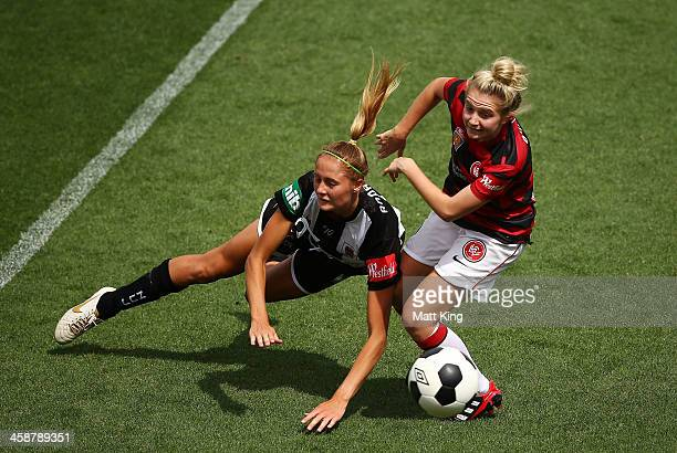 Linda O'Neill of the Wanderers competes with Tara Andrews of the Jets during the round six ALeague match between the Western Sydney Wanderers and the...