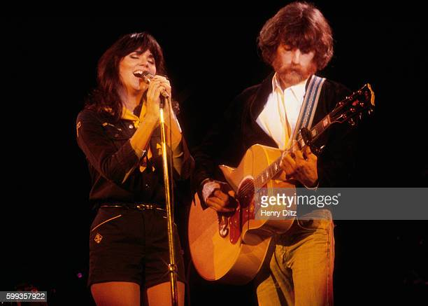 Linda Ronstadt sings alongside JD Souther during a concert at the Universal Amphitheater in Los Angeles
