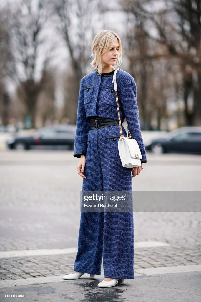 Street Style - Paris Fashion Week Womenswear Fall/Winter 2019/2020 : Day Nine : Nachrichtenfoto