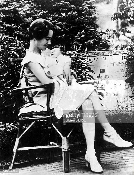 Lindbergh Anne Morrow *Flugpionierin Schriftstellerin USAEhefrau von Charles Lindbergh mit ihrem Sohn Charles der 1932 entfuehrt und ermordet wurde...