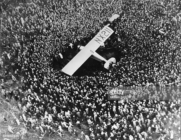 """Lindbergh, Charles August *-+Pilot, Flieger, USA- erste Atlantiküberquerung : Lindberghs """"Spirit of Saint Louis"""" nach der Landung in Paris - Le..."""