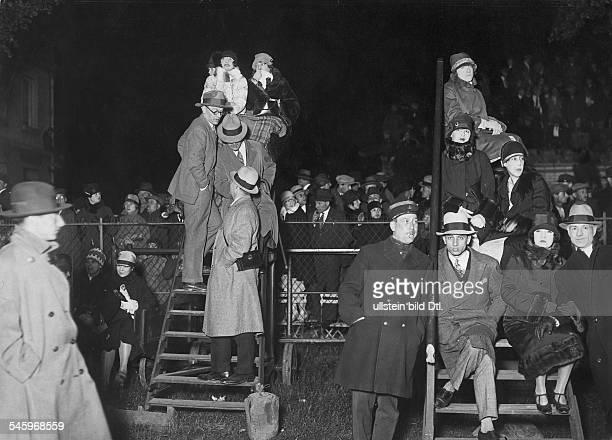 Lindbergh, Charles August *-+Pilot, Flieger, USA- Erster Non-Stop-Flug über den Atlantik New York - Paris; die Menschenmenge auf dem Flugplatz Le...