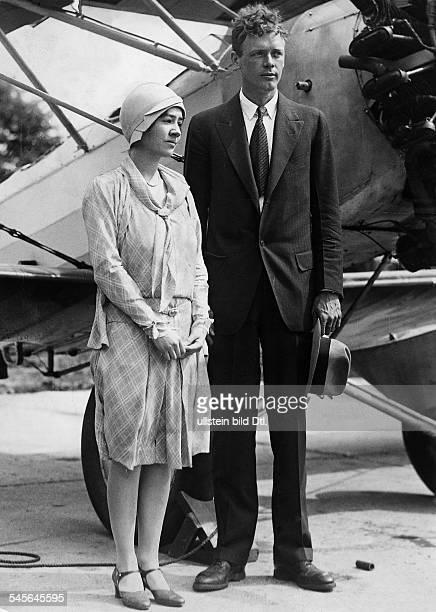 Lindbergh Charles August *Pilot Flieger USA mit seiner Ehefrau Anne Morrow Lindbergh vor einem Flugzeug um 1930