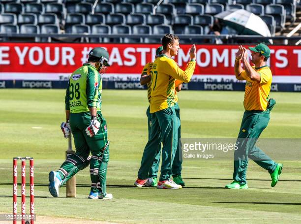 Linde Celebrates the dismissal of Sharjeel Khan with his teammates during the 2nd KFC T20 International match between South Africa and Pakistan at...
