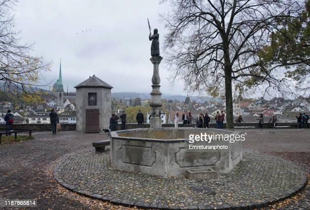 lindenhoff park with fountain and tourists in zurich. - emreturanphoto stock-fotos und bilder