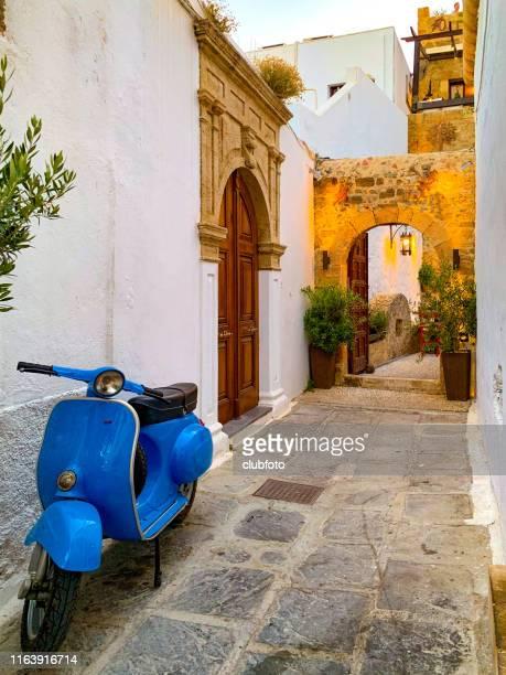 lindos backstreets, rhodos, griekenland - lindos stockfoto's en -beelden