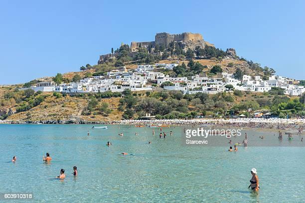 lindos beach with acropolis in the background - rhodes, greece - antiek toestand stockfoto's en -beelden