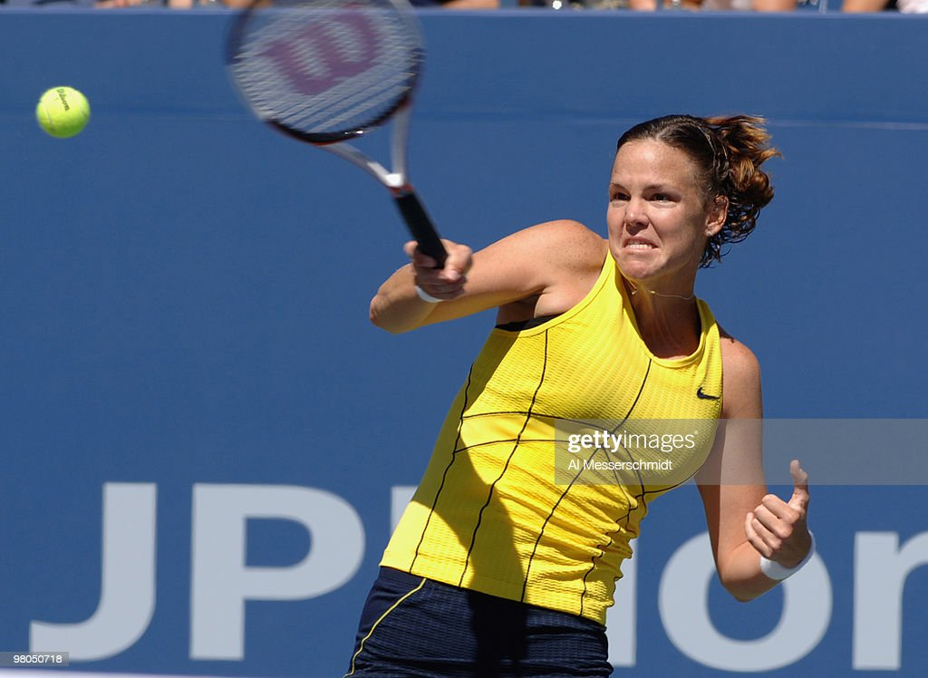 2005 US Open - Women's Singles - Fourth Round - Lindsay Davenport vs. Nathalie Dechy : Photo d'actualité