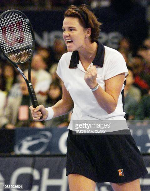 Lindsay Davenport of the US reacts after beating Steffi Graf of Germany during their semifinal match at the 1998 Chase Championships 21 November at...