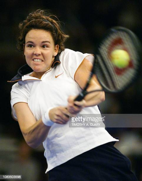 Lindsay Davenport of the US returns a backhand shot during her semifinal match against Steffi Graf of Germany at the 1998 Chase Championships 21...