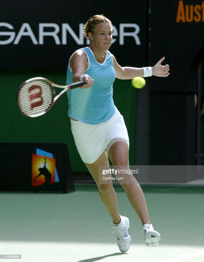 2005 Australian Open - Women's Singles - Semi Final - Nathalie Dechy vs Lindsay Davenport : News Photo