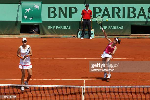 Lindsay Davenport of USA and Martina Hingis of Switzerland in action during the women's legends final match between Lindsay Davenport of USA and...