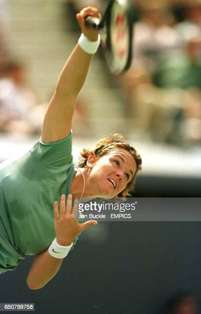 Lindsay Davenport serves to Amy Frazier during her third round victory