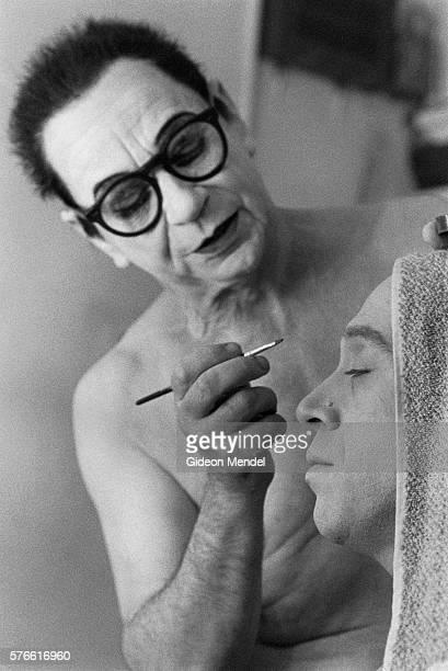 lindsay kemp applying makeup at hackney empire theater - lindsay kemp foto e immagini stock