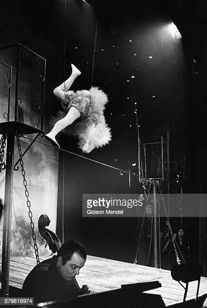 lindsay kemp on stage at the hackney empire theater - lindsay kemp foto e immagini stock