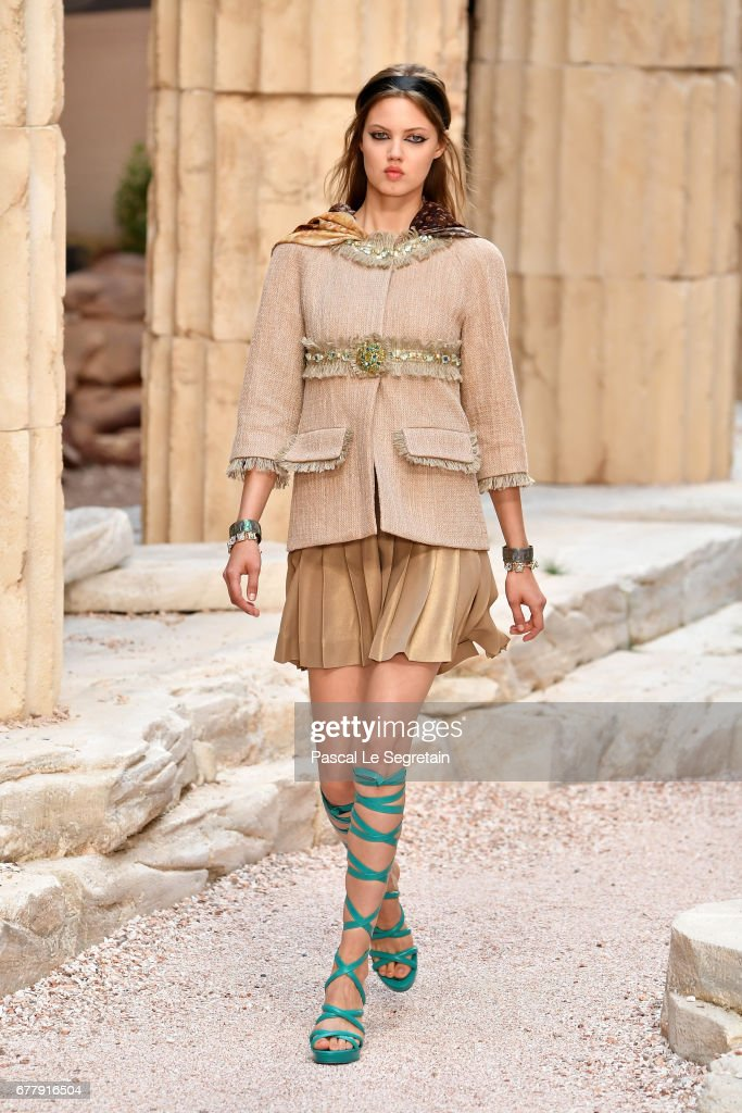Chanel Cruise 2017/2018 Collection - Runway