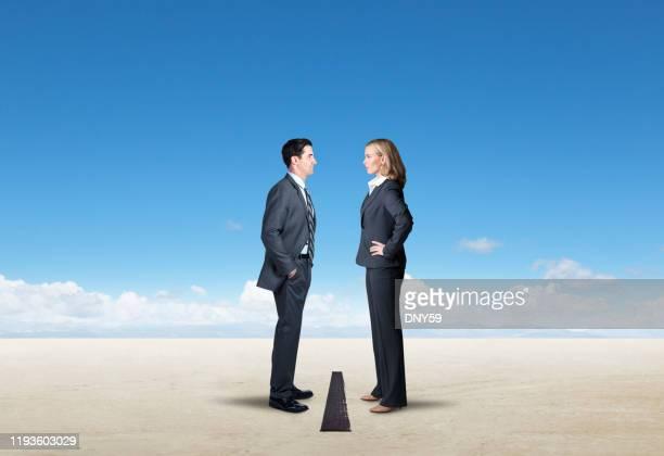 ライン・イン・ザ・サンド - 男女の争い ストックフォトと画像