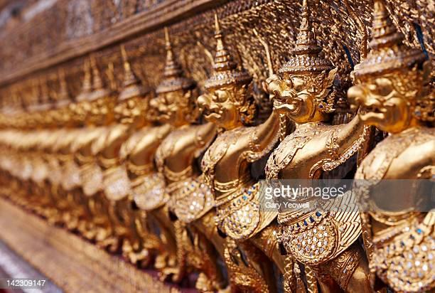 line of gold statues - yeowell foto e immagini stock