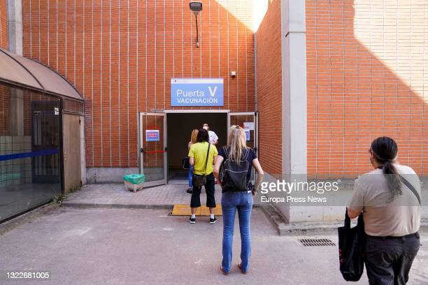 Line of patients waiting to receive the first dose of the Pfizer-BioNTech vaccine against Covid-19, on 9 June, 2021 at the Severo Ochoa Hospital in...
