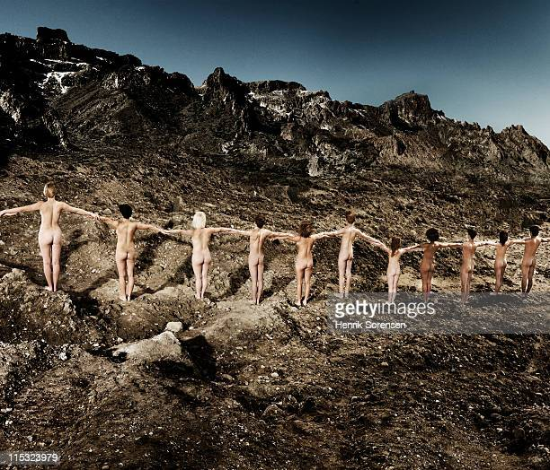line of young naked people on mountainside - jeune fille sans vetement photos et images de collection