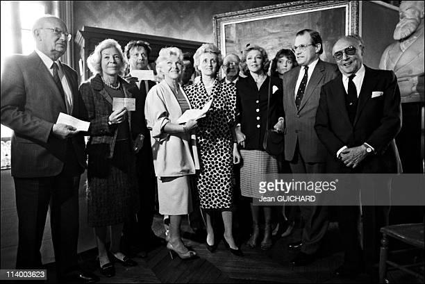 Line Renaud at Pasteur institute in France on May 14 1986Line Renaud Claude and Bernadette Chirac Raymond Dedonder Daniel Defert Baroness guy de...