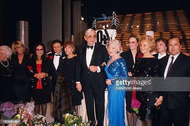 Line Renaud At The Casino De Paris Line RENAUD posant au pied de l'escalier du Casino de PARIS entourée de sa mère Simone Nana MOUSKOURI Michel...