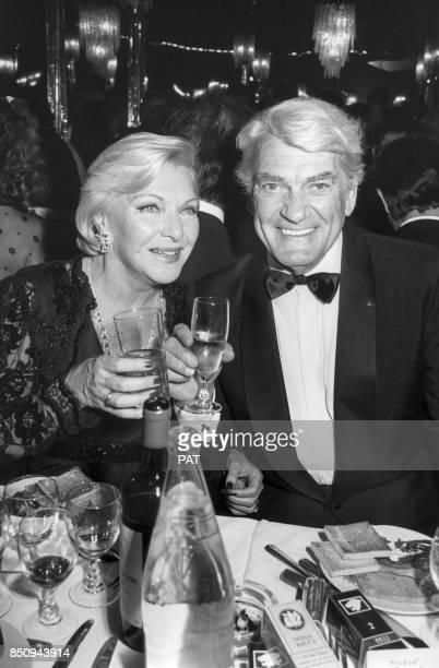 Line Renaud et Jean Marais lors de la soirée commémorant ses 50 ans de carrière le 30 mai 1984 à Paris France