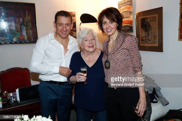 Line Renaud standing between actors of the piece Dany Boon and Valerie Bonneton pose after the Huit Euros de l'heure Theater Play at Theatre Antoine...
