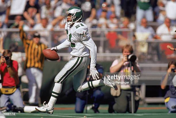 Linebacker Eric Allen of the Philadelphia Eagles carries the ball against the Washington Redskins during a NFL game on September 19 1993 at Veterans...
