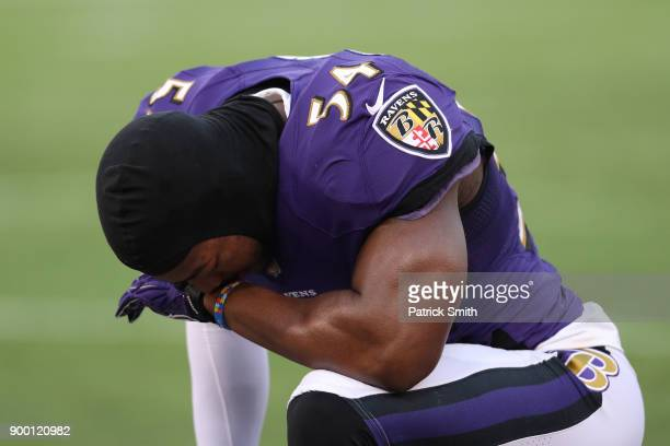 Linebacker Tyus Bowser of the Baltimore Ravens prays prior to the game against the Cincinnati Bengals at MT Bank Stadium on December 31 2017 in...