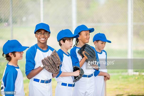 内野で並ぶ - 野球チーム ストックフォトと画像